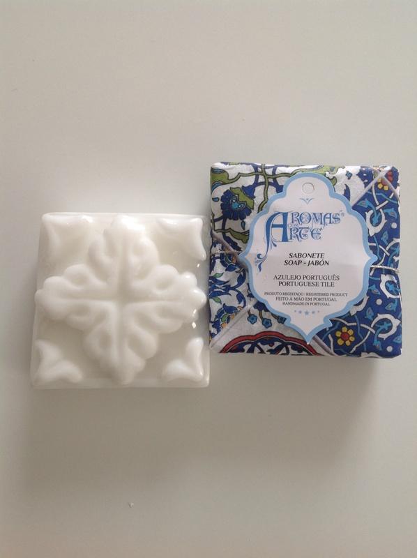 Azulejo portugues geométrico branco embalado em papel